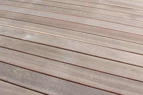 ウッドデッキ ウリン材 雑草対策